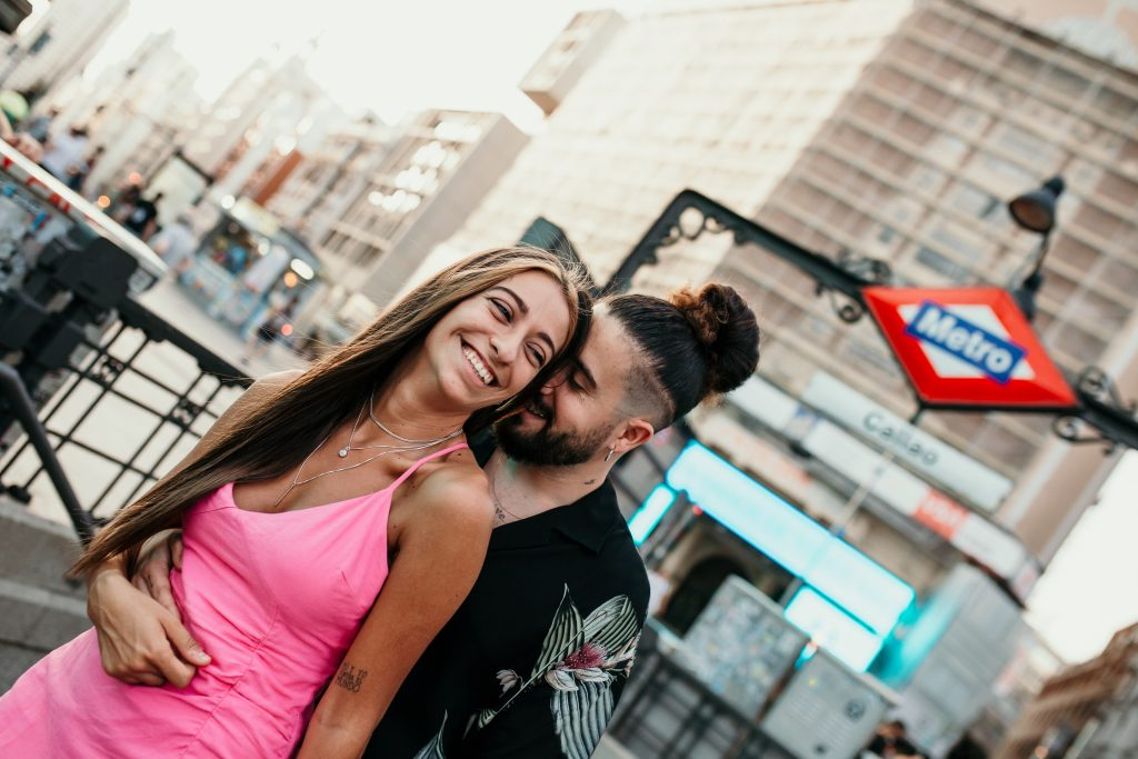 Sesión de pareja, sesión de pre boda urbana en Madrid, Gran Vía, Callao